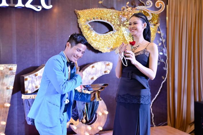 Nữ diễn viên hào hứng tham gia tương tác với ảo thuật gia trên sân khấu.