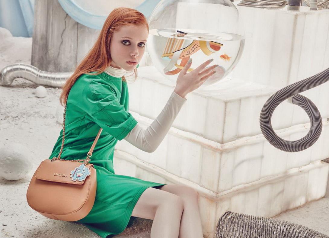 Mẫu túi xách được thiết kế với hoa văn bằng da thuộc trẻ trung, ngộ nghĩnh. Với chiếc túi này, bạn có thể phối hợp với trang phục đơn giản, thoải mái cho những buổi hẹn hò cùng chúng bạn.