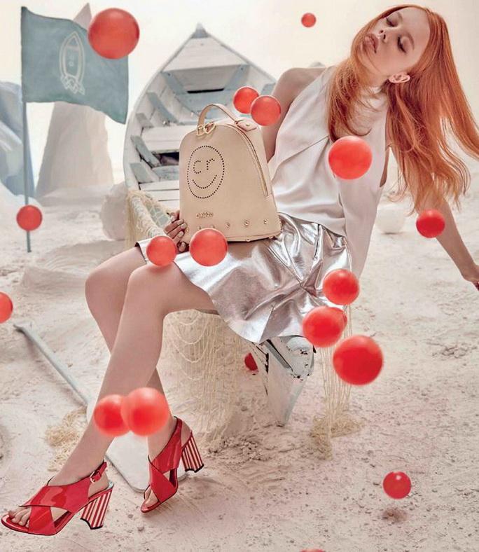 Trong bộ sưu tập Thu Đông 2016 năm nay, những đôi sandal strappy đã trở lại và chính thức trở thành một trong những xu hướng thời trang được yêu thích nhất.