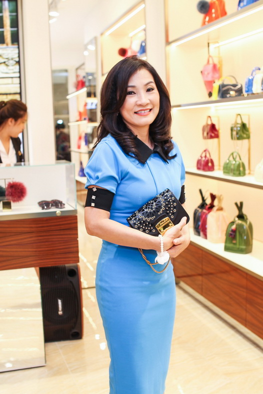 Nữ diễn viên Hồng Đào tinh tế, duyên dáng với trang phục màu xanh kết hợp cùng chiếc túi Furla Metropolis Bolero màu đen độc đáo.