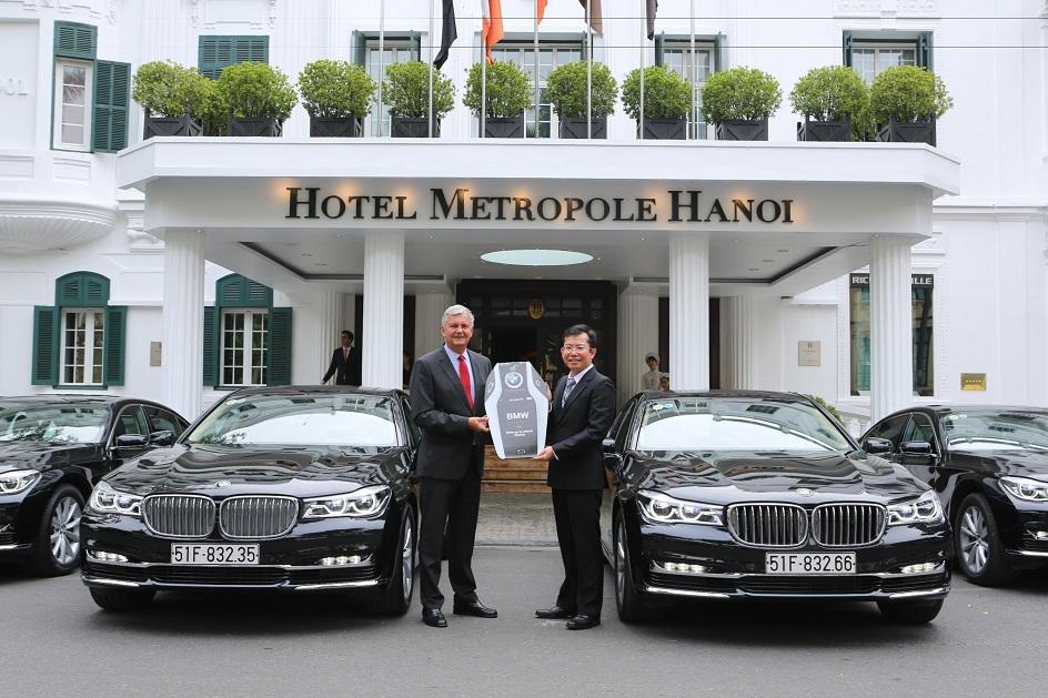 Ông Nguyễn Đăng Thảo, Tổng giám đốc Euro Auto trao chìa khóa mô hình cho Tổng giám đốc khách sạn Sofitel Legend Metropole Hanoi, ông Franck Lafourcade.