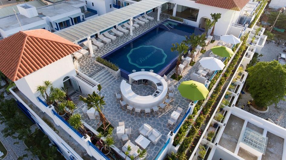 Gam màu trắng xanh chủ đạo tại Risemount Resort Đà Nẵng.