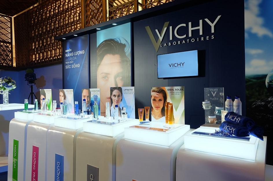 Tại buổi họp báo, khách mời đã có dịp trải nghiệm các sản phẩm của Vichy.