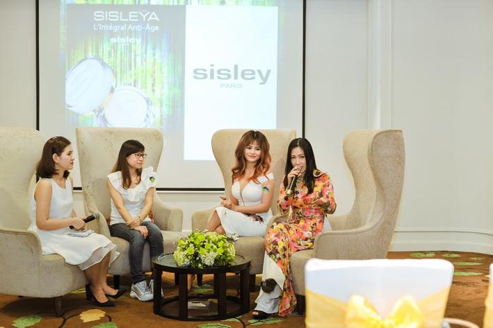 Siêu mẫu Vũ Thu Phương, chuyên gia trang điểm Hạ My và khách hàng cùng chia sẻ trải nghiệm về các sản phẩm mình đã sử dụng.