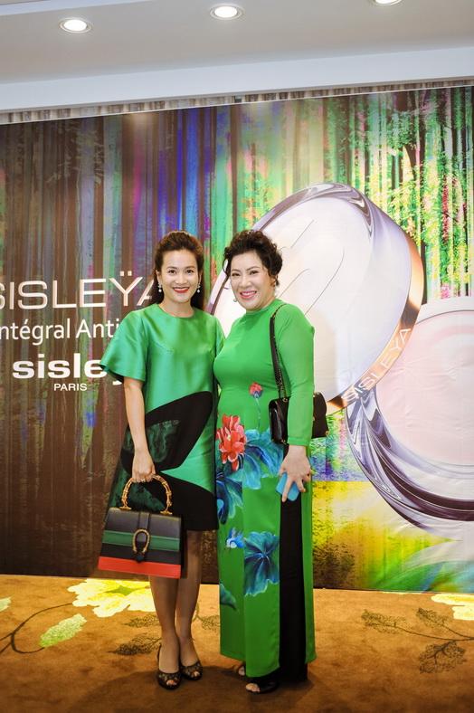 Bà Lê Hoài Anh - Đại diện nhà phân phối độc quyền mỹ phẩm Sisley Paris tại Việt Nam cùng chị Anh Thơ tại buổi ra mắt sản phẩm.