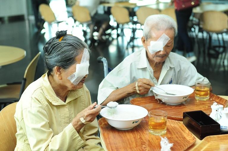 Bệnh nhân mổ mắt từ thiện trong các chương trình thiện nguyện trước đây đang dùng cơm tại căng tin Bệnh viện FV.