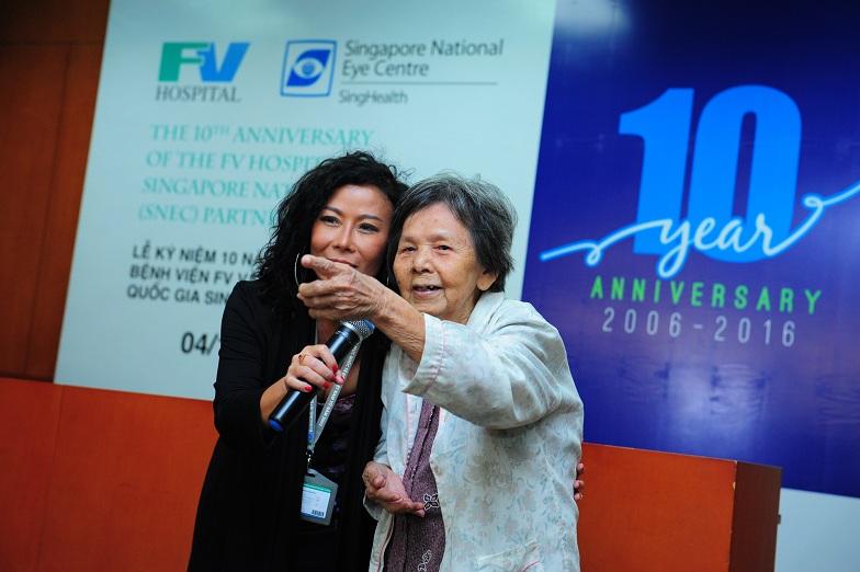 Bà Nguyễn Thị Mai – một bệnh nhân đã tìm lại ánh sáng sau gần 20 năm sống trong bóng tối nhờ chương trình từ thiện của Bệnh viện FV và SNEC.