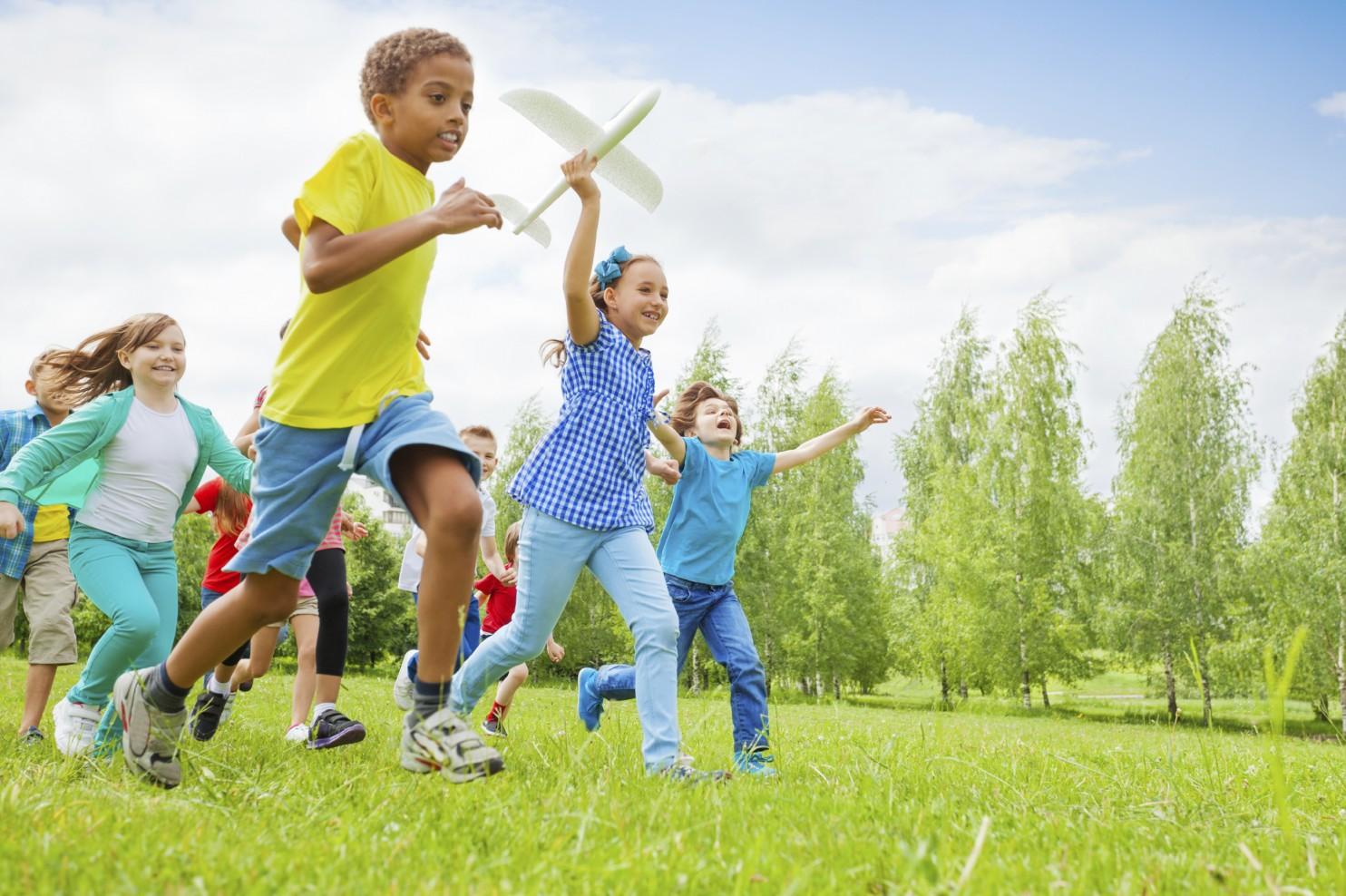 Chơi đùa ngoài trời là cách giúp trẻ vận động chân tay, hít thở không khí trong lành.