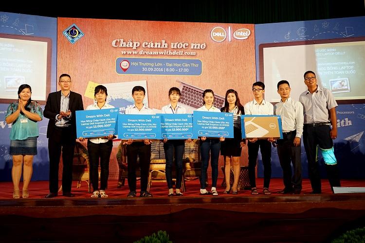 Dell trao tặng máy tính cho các bạn sinh viên tại Đại học Cần Thơ.