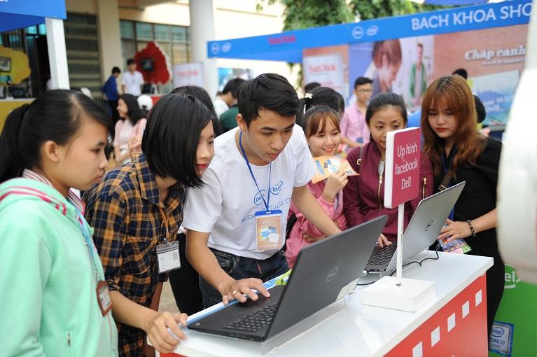 Sinh viên Đại học Tây Nguyên trải nghiệm sản phẩm Dell.
