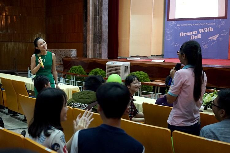 Chị Thanh Nhàn (top 6 Hoa khôi áo dài Việt Nam) chia sẻ, trao đổi cùng sinh viên.