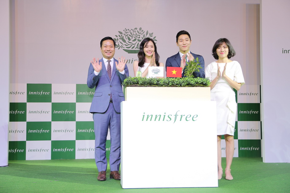 Khoảnh khắc quan trọng cô cùng đại diện Giám đốc khối innisfree Global cùng đại diện từ innisfree VN cùng thực hiện lễ đánh dấu innisfree ra mắt tại Việt Nam