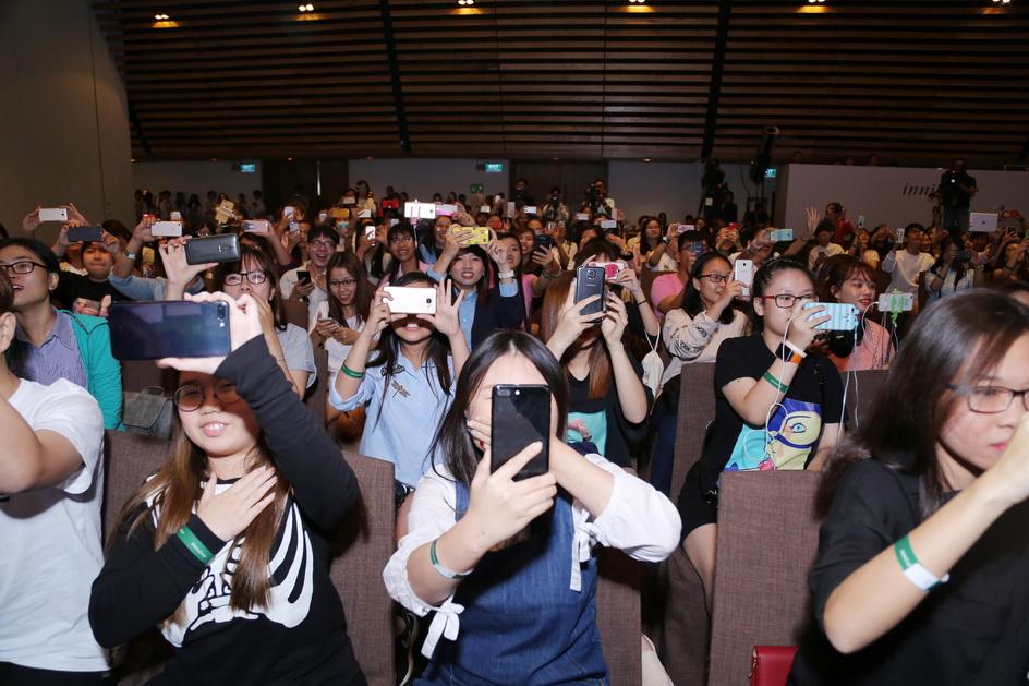Khi MC Tuyền Tăng tiết lộ phần tiếp, đông đảo các khách mời đã chuẩn bị điện thoại sẵn sàng để chụp những loạt ảnh của Yoona khi cô xuất hiện.