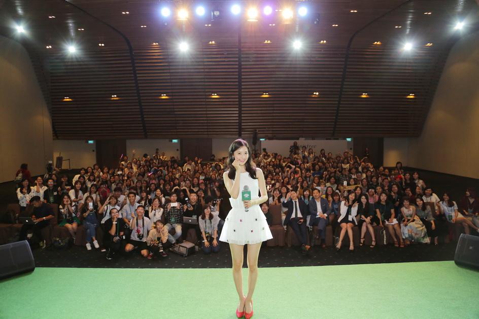 Kết thúc chương trình Yoona thả tim selfie cùng các khách mời trên sân khấu.