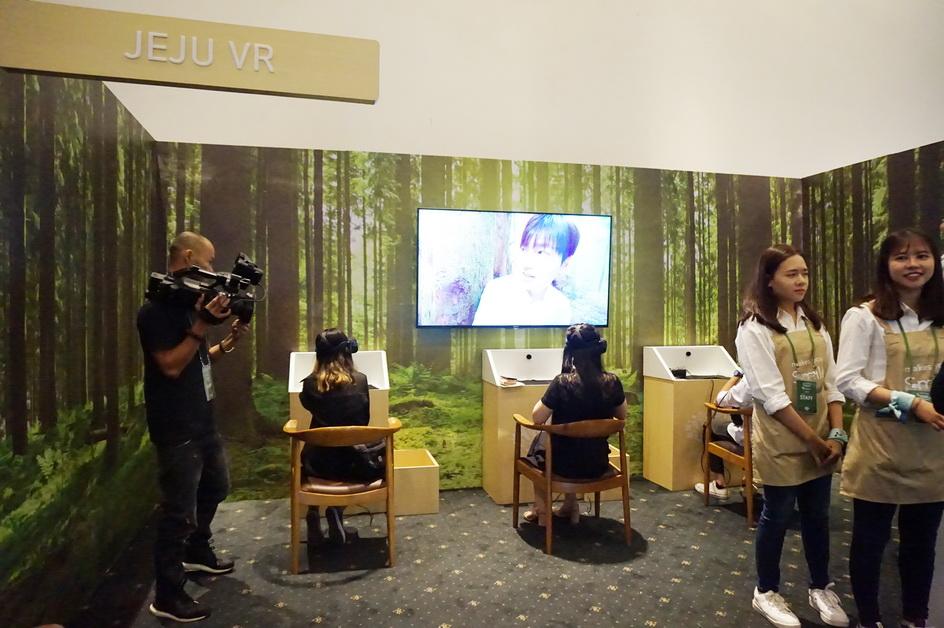 Đặc biệt là các khách mời nữ sẽ vô cùng hồi hộp và bối rối khi được trải nghiệm hẹn hò với Lee Min Ho qua công nghệ VR