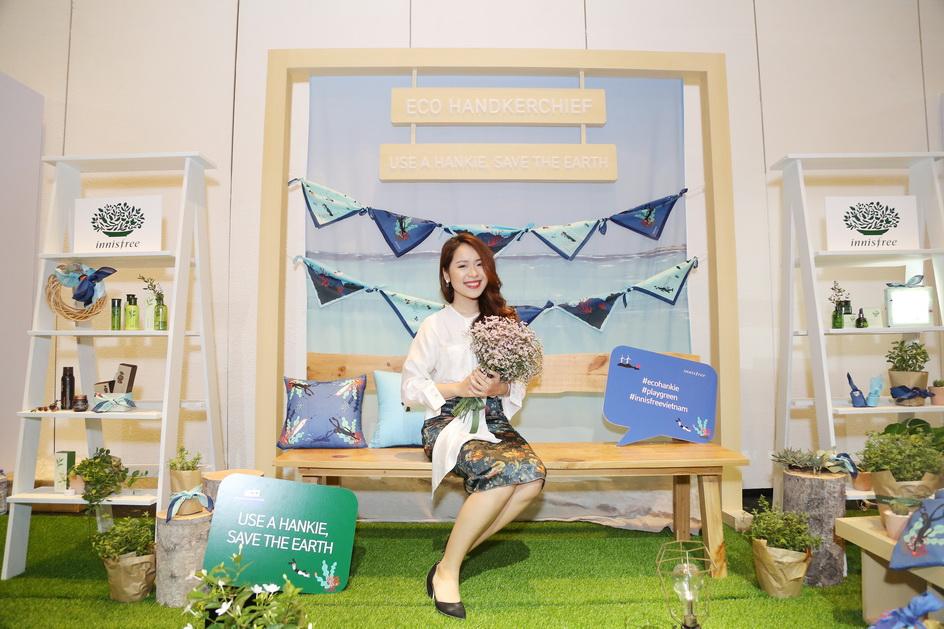 Beauty Blogger An Phương tạo dáng với khu vực được trang trí chủ đạo bởi bộ sưu tập chiếc khăn tay sinh thái của innisfree