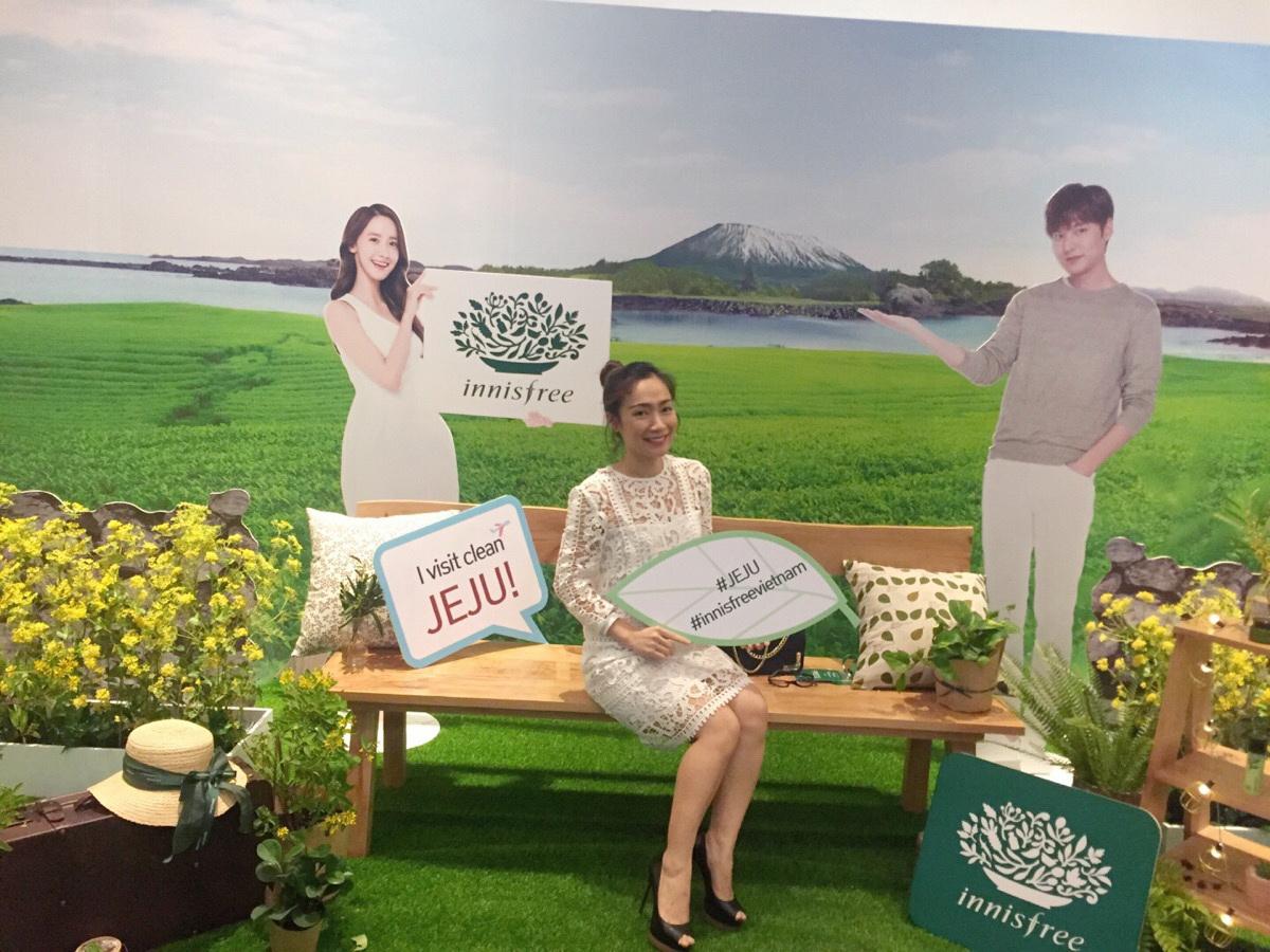 """Đảo thiên đường Jeju luôn được xem là """"quê hương"""" của nhãn mỹ phẩm innisfree và nơi ra đời sản phẩm innisfree bắt đầu từ những nguồn nguyên liệu nổi tiếng và lành tính tại đây. Do đó không thể thiếu những không gian Jeju thu nhỏ mang đến những phút giây thú vị cho khách mời."""