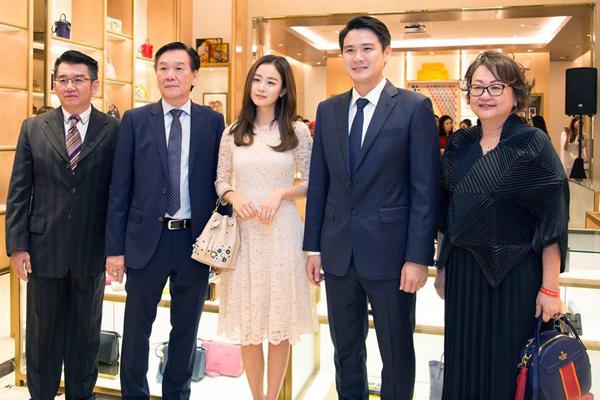 Cô chụp hình lưu niệm cùng ông Daniel Chiang (thứ 2 từ phải sang), Giám đốc Điều hành Tập đoàn Bonia, có trụ sở chính tại đây.
