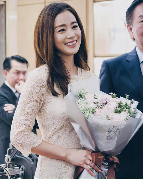 Tại sự kiện, Kim Tae Hee nói cô vẫn chưa có kế hoạch quay lại đóng phim, sau thời gian nghỉ ngơi để chuẩn bị đám cưới.