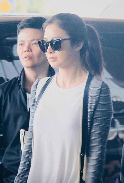 Hình ảnh Kim Tae Hee cùng mẹ và đoàn trợ lý có mặt tại Kuala Lumpur vào ngày 9/3.