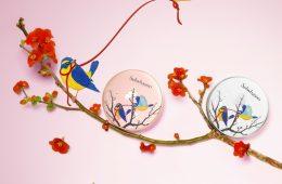 Sulwhasoo Cushion Limited 2017 với hình ảnh đôi chim vàng ngậm sợi chỉ đỏ, biểu trưng cho sự may mắn, niềm hy vọng trong văn hoá phương Đông.
