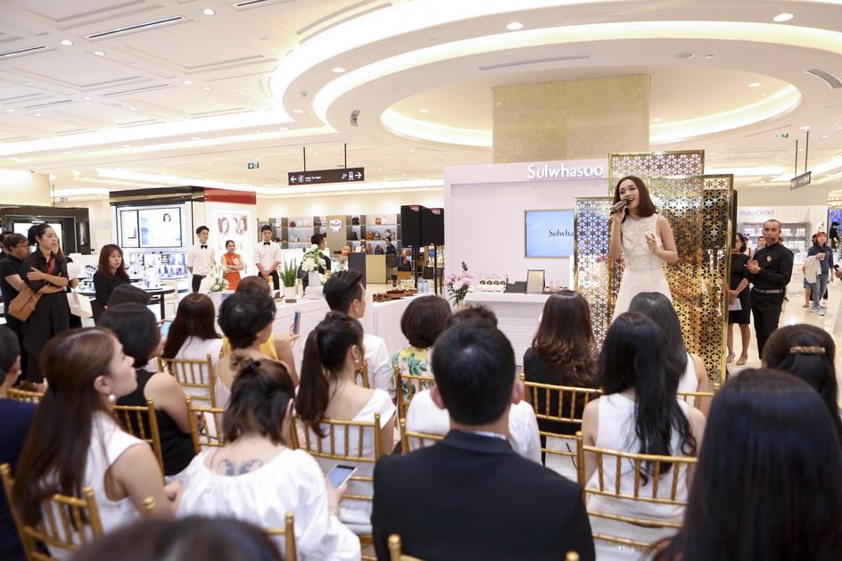 Khách tham dự được thưởng thức giọng ca truyền cảm của Ái Phương trong ca khúc về mẹ.