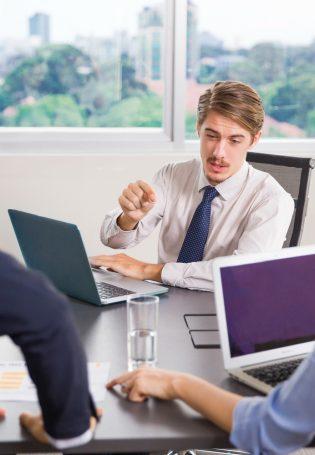 """7 cách xử trí với nhân viên """"yếu"""" việc"""