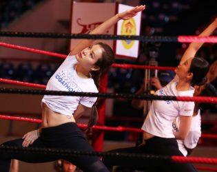 Hoa hậu Thu Thủy, Phương Trinh Jolie tập yoga cùng hơn 100 người