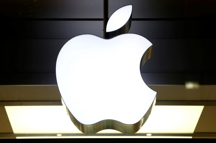 The logo of Apple is seen at a store in Zurich, Switzerland November 22, 2016.    REUTERS/Arnd Wiegmann - RTSUCB7