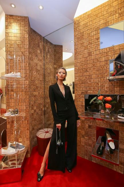 Người mẫu Hằng Nguyễn tạo dáng với giày Obipump đen và ví Sweety Charity.