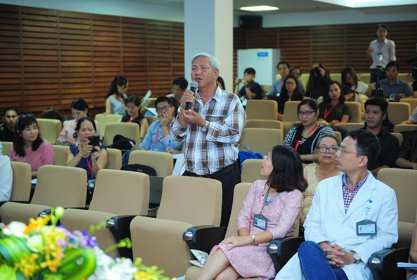 Ông Phạm Văn Tiền - bệnh nhân từng được GS.BS Donald Tan ghép giác mạc, chia sẻ tại buổi họp báo.