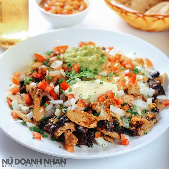 Nachos Supreme - Món khai vị với những miếng bánh tortillas nướng đều cùng thịt và đậu, phủ phô mai nướng tan chảy béo ngậy.