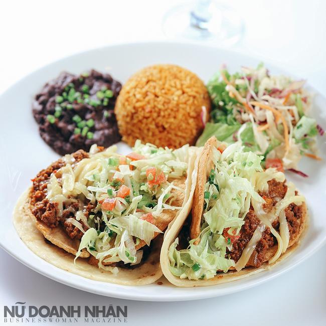 Crunch Wrap Tacos - Món Tacos với vỏ bánh khéo xử lý cho mềm bên ngoài và cứng bên trong, bọc nhân thịt bò băm cùng bơ nhuyễn, xà lách…và sốt salsa cay.