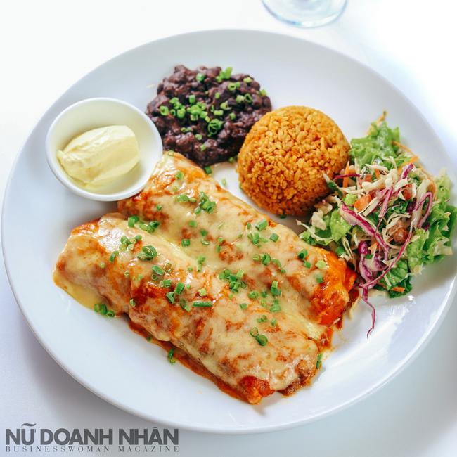 Enchiladas Rojo - Bánh ngô cuộn nhân thịt cừu, ăn kèm với đậu đen nghiền, và salad và sốt ớt.