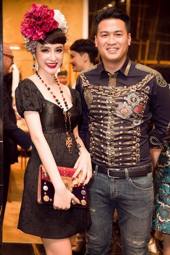 Angela Phương Trinh chọn phong cách cổ điển trong bộ váy ngắn màu đen. Cô đội vòng hoa lớn với khan che mặc tạo điểm nhấn riêng đi cùng trang sức đính đá màu để hoàn thiện phong cách.