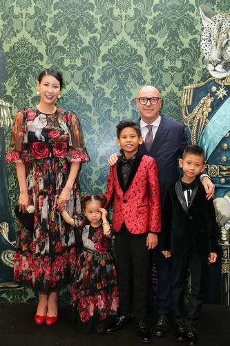 Hoa Hậu Hà Kiều Anh và các con trong trang phục và phụ kiện của Dolce&Gabbana. Đây là lần hiếm hoi cô đưa cả 3 con đi dự sự kiện, đặc biệt là cô con gái út.