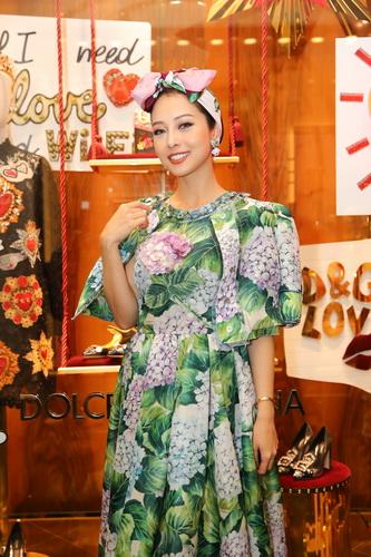 MC Jennifer Phạm làm duyên với váy hoa cẩm tú cầu theo phong cách cổ điển kèm áo choàng. Người đẹp thắt khăn turban hình chiếc nợ.