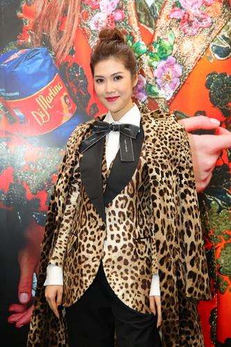 Người mẫu Trần Thu Hằng mặc trang phục họa tiết da báo