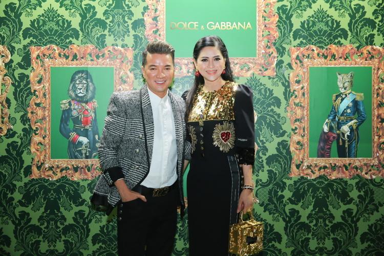 Ca sĩ Đàm Vĩnh Hưng chụp ảnh cùng doanh nhân Thủy Tiên