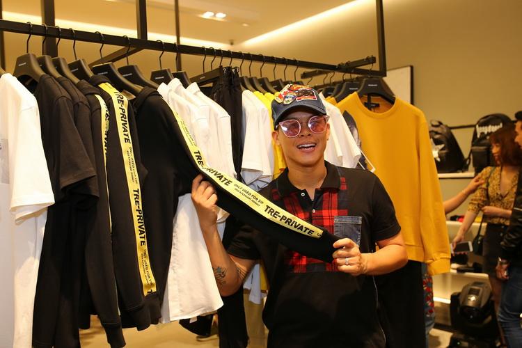 Biên đạo múa John Huy Trần thích thú lựa chọn trang phục mới thuộc BST Thu Đông 2017 Trendiano.
