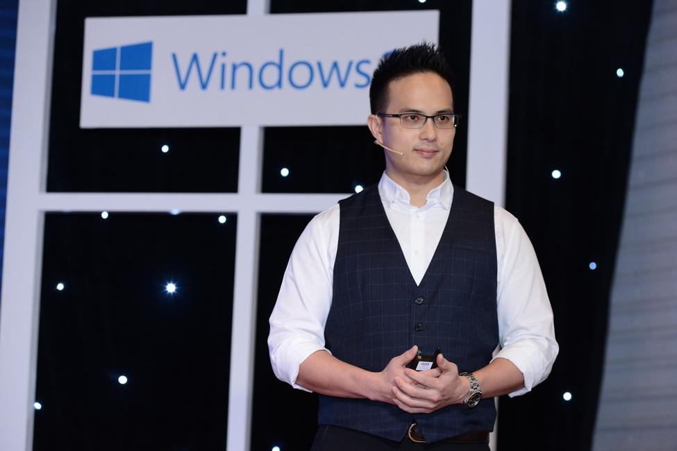 Ông Eric Lee, Giám đốc Phát triển kinh doanh của ASUS tại Việt Nam giới thiệu những sản phẩm máy tính xách tay mới ra mắt của thương hiệu.