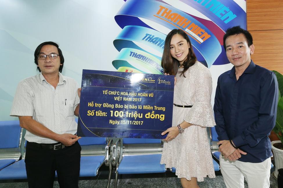 Đại diện HHHV VN 2017 đóng góp vào quỹ của báo Thanh Niên