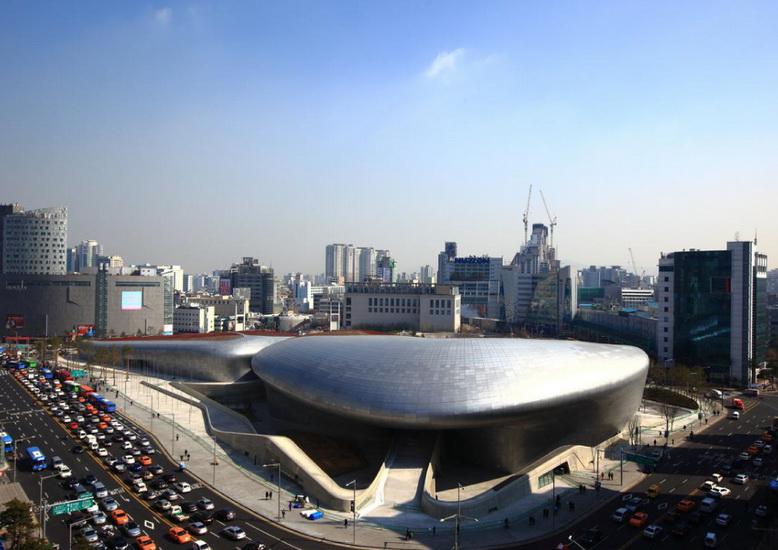 Toàn cảnh trung tâm thương mại Dongadaemum Design Plaza với lối kiến trúc tương lai