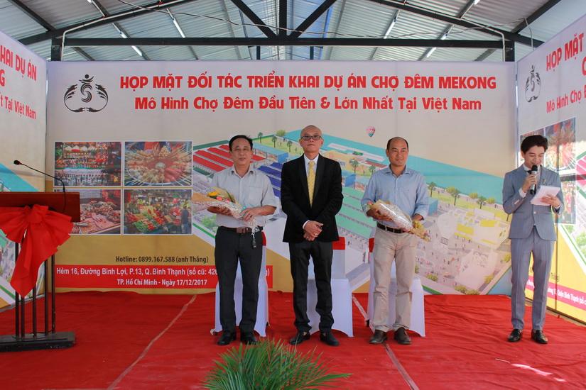 NDN_Ra mat cho dem Mekong