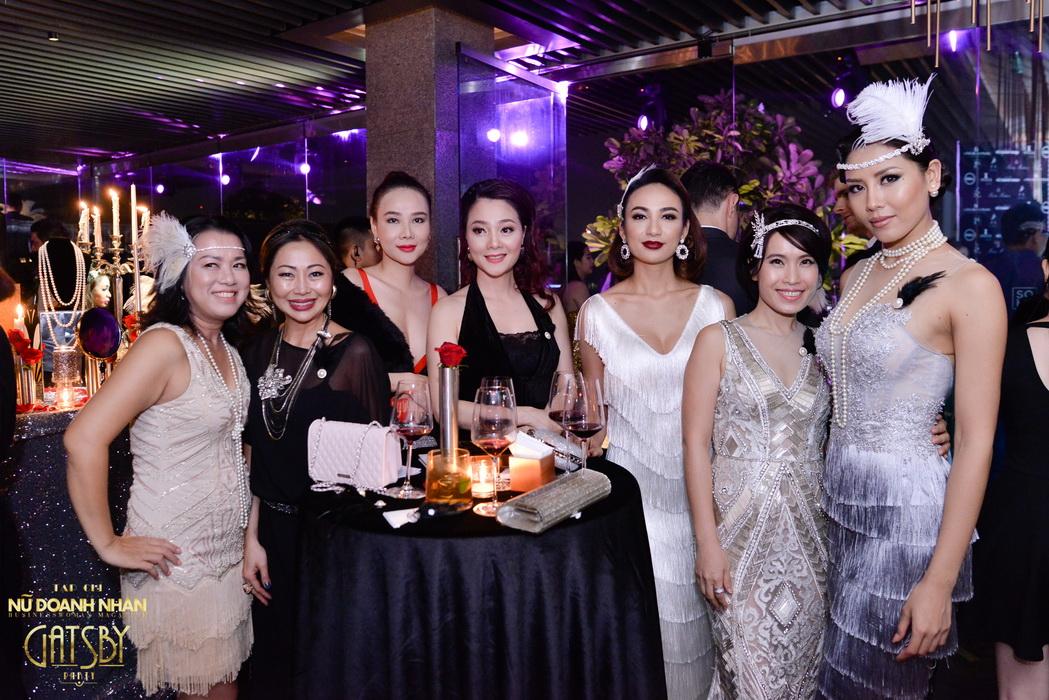 Ngọc Diễm (thứ 3 từ phải qua) cùng các vị khách trong đêm Gatsby