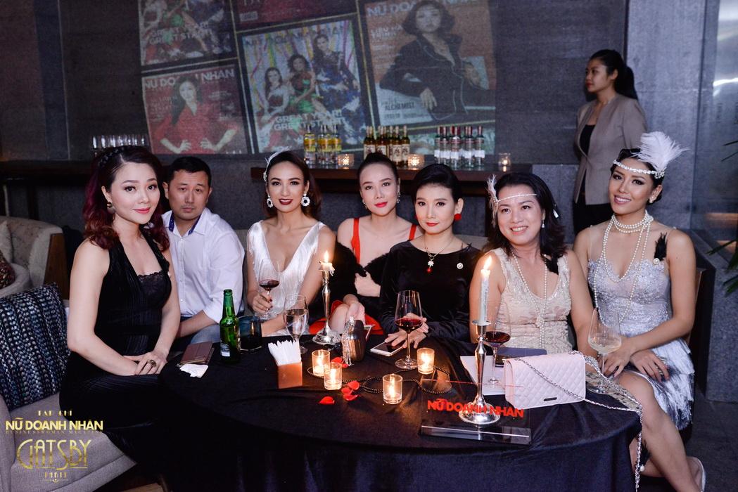Những quý cô xinh đẹp, thành đạt chuyện trò và chụp hình kỉ niệm cùng nhau tại Gatsby Party