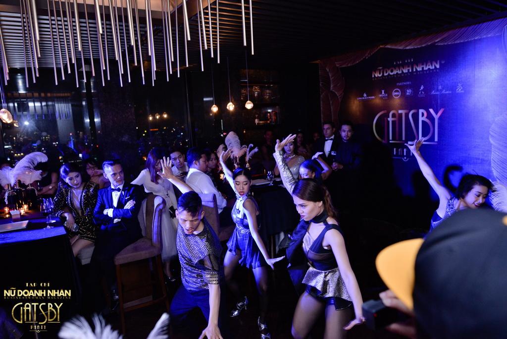 Nhóm UDG (Urban Dance Group) bao gồm các vũ công trẻ, được thành lập dưới sự hướng dẫn của John Huy Trần vào năm 2010, cùng sự hợp tác của Sabra Johnson