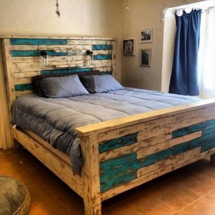 Một chiếc giường bằng gỗ thông pallet sẽ là sự thay đổi lạ mắt