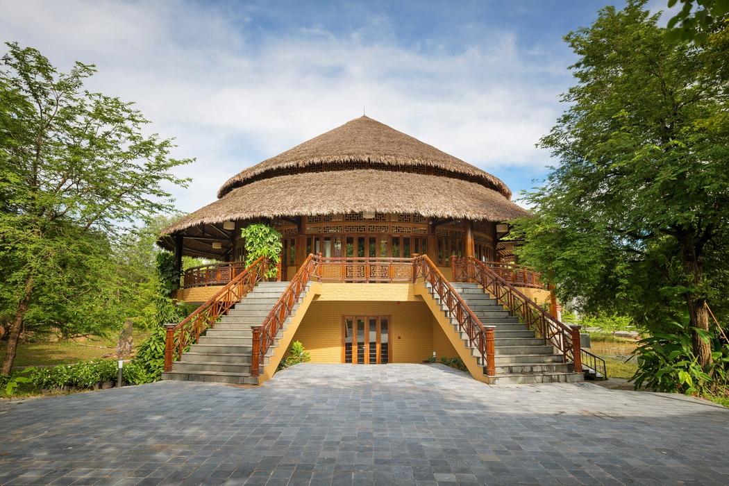 Nhà hàng Madame Châu nằm ở vị trí trung tâm khu nghỉ, giữa Alba Village và Alba Inn.