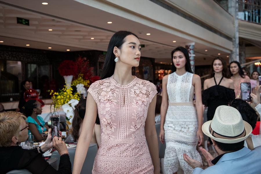 tiệc trà chiều thời trang The Reverie Saigon